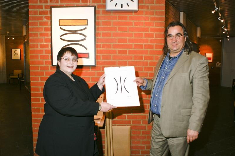 """Bettina Zastrow und Wolfgang Ramadan mit Bild """"Reflexion"""", Ausstellung im Rathaus Unterföhring, März 2010. Foto: Peter Schäfermeier"""